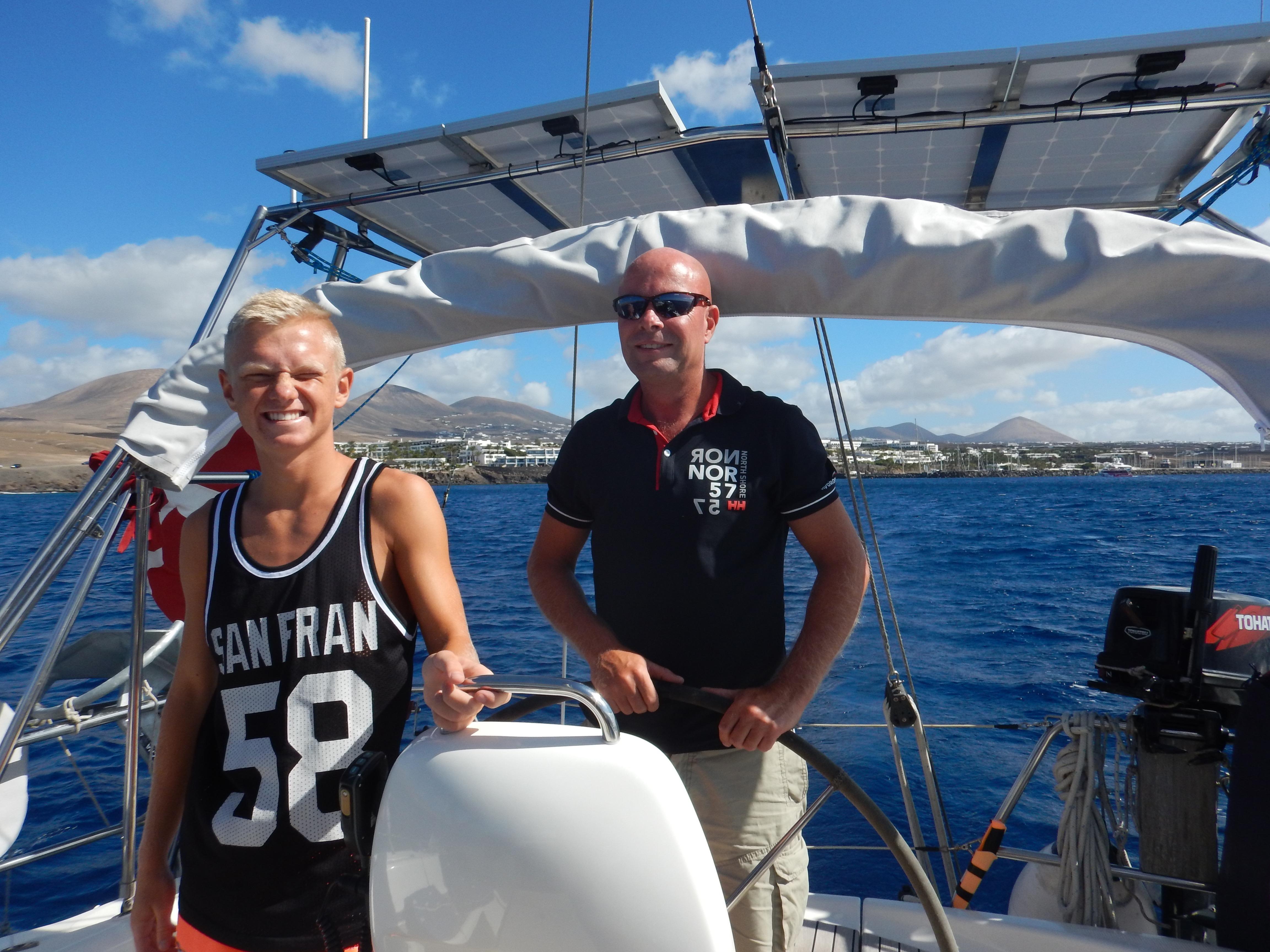 Far og søn med Puerto Calero i baggrunden