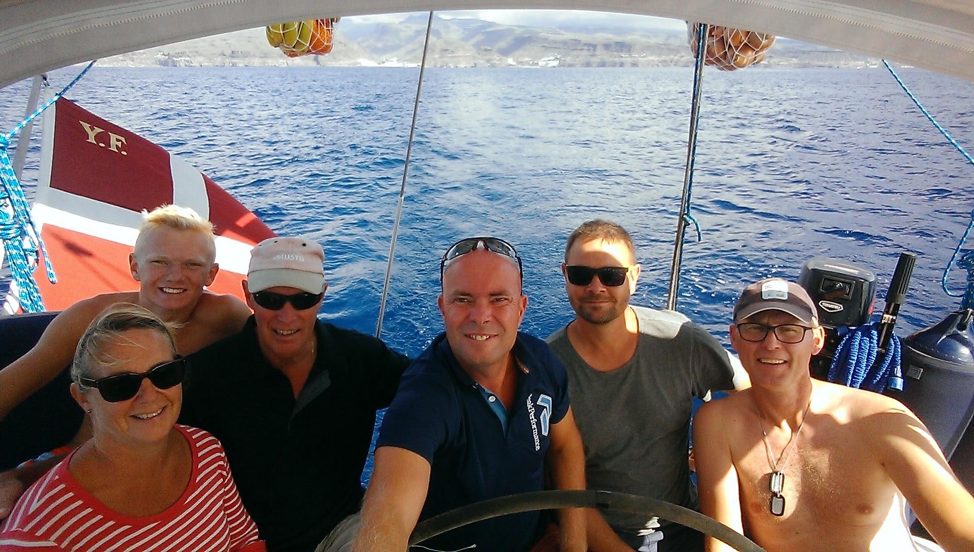 Her ses besætningen med Puerto Mogan i baggrunden.