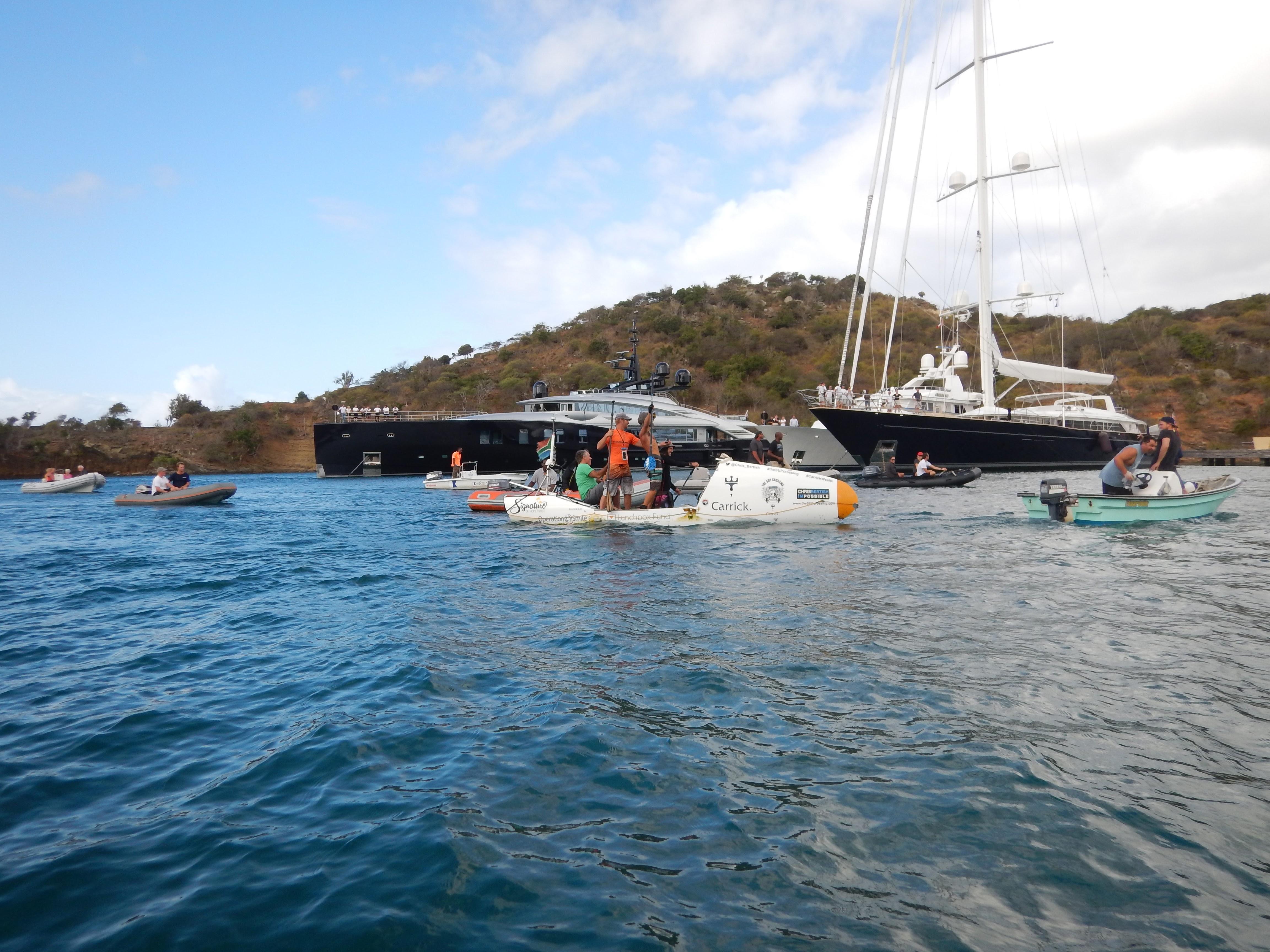 En glad Chris Bertis har passeret målstregen i English Harbour efter 93 dage til søs